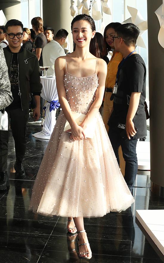 Jun Vũ chọn váy hai dây được đính hạt ngọc trai để chưng diện.