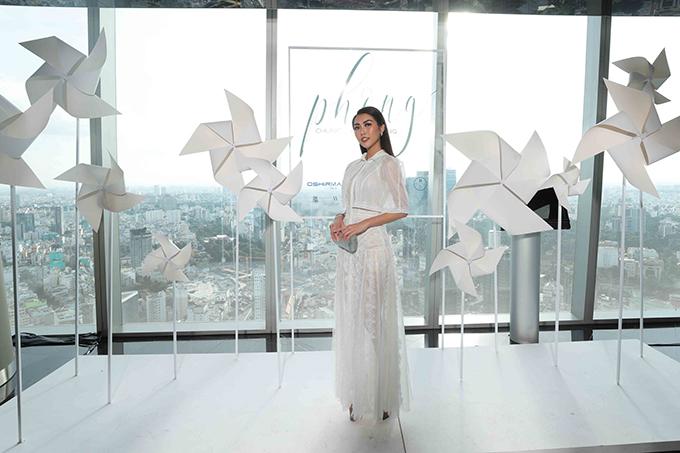 Tường Linh hưởng ứng diện tông trắng thanh nhã như nhiều người đẹp xuất hiện tại sự kiện.
