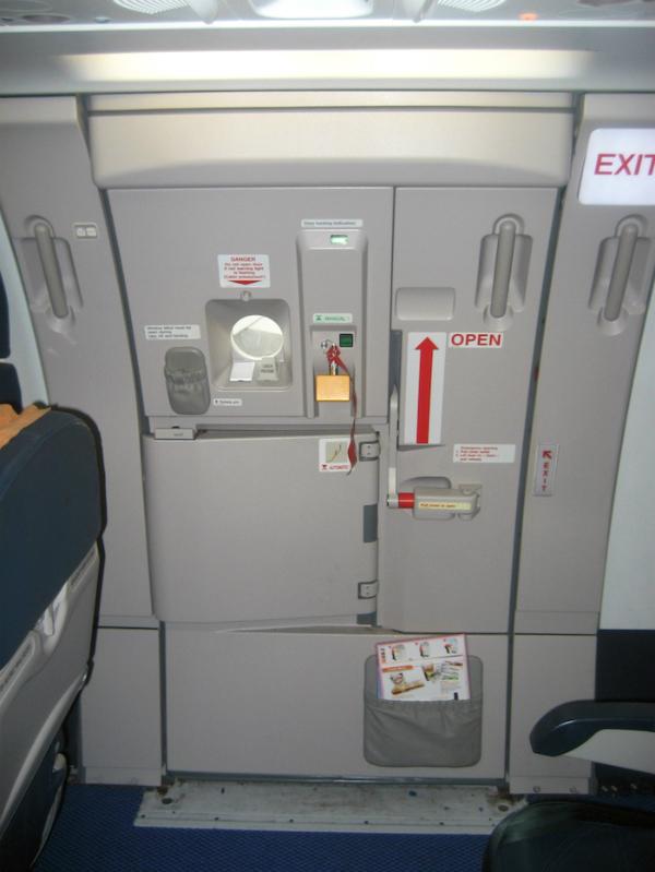 Mở cửa máy bay khi đang ở trên không đòi hỏi lực tác động rất mạnh mới có thể làm được.