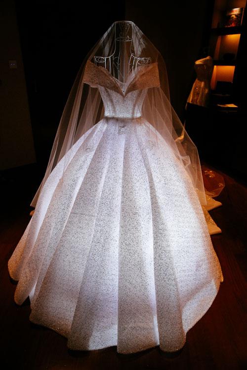 Bởi chiếc váy là món quà của chú rể Ngọc Dũng tặng cho cô dâu của mình với mong muốn biến Irene Hoàng trở thành nàng công chúa đích thực nên nhà thiết kế đã lấy cảm hứng từ trang phục của nàng Lọ Lem để sáng tạo nên tác phẩm này.