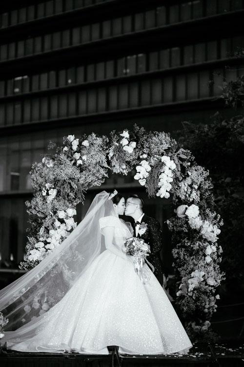 Chiếc váy bồng bềnh của Irene Hoàng phát sáng lộng lẫy và thu hút ánh nhìn từ mọi phía về cô. Đây là thiết kế hiếm hoi của các nhà tạo mẫuViệt sử dụng loại chất liệu đặc biệt này cho váy cưới.