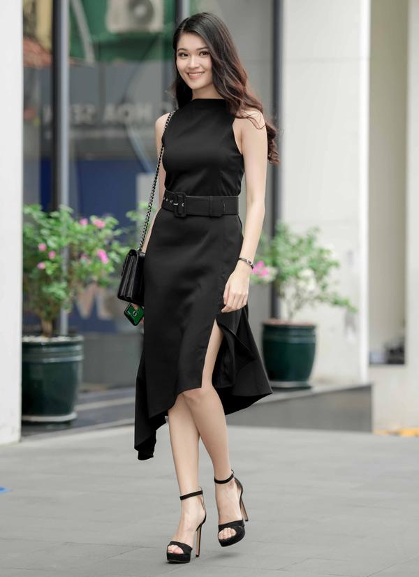 Á hậu Việt Nam 2016 Thùy Dung cũng chọn mặc váy đen đi trò chuyện với sinh viên.
