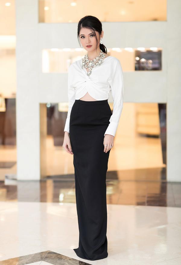 Á hậu Thùy Dung chọn trang phục đen trắng của NTK Lê Ngọc Lâm để khắc họa hình ảnh thanh lịch.
