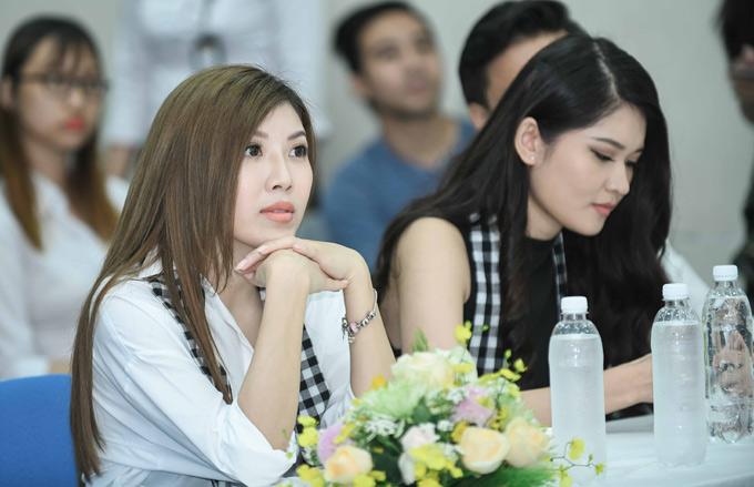 Ca sĩ Trang Pháp chăm chú lắng nghe các doanh nhân nổi tiếng chia sẻ về hành trình khởi nghiệp.
