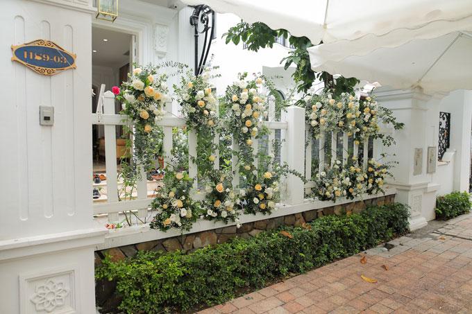 Do nhà cô dâu ở Sài Gònnên lễ ăn hỏi được tổ chức chung tại biệt thự của hai vợ chồng.