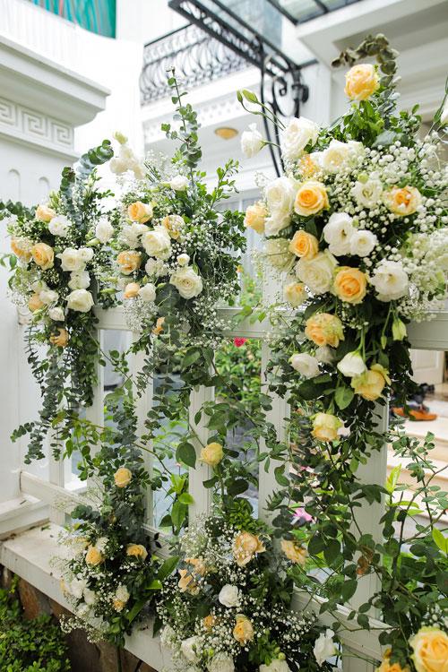 Không gian nơi tổ chức lễ ngập tràn hoa tươi với tone trắng - vàng kem chủ đạo.