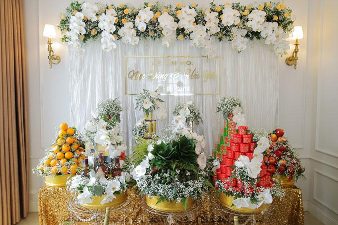 Đồ lễ đượcchọn lựacẩn thận và tinh tế,từ buồng cau đến những đồ lễ truyền thống của người Hà Nội: Bánh cốm Hàng Than,hHạt sen Hàng Điếu...