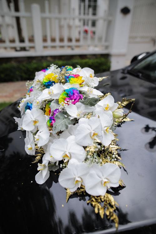Hoa trên xe đón dâu gây chú ý với những bông hồng mang sắc màu cầu vồng lục sắc đại diệncủa cộng đồng LGBT.