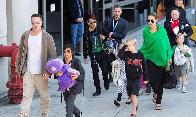 Brad Pitt bên các con năm 2016.