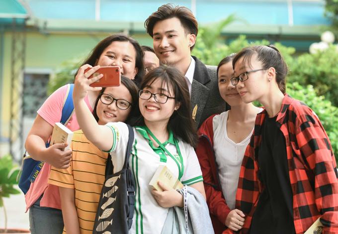Đến làm khách mời trong chương trình, Chí Thiện được nhiều fan teen xin chụp ảnh chung.