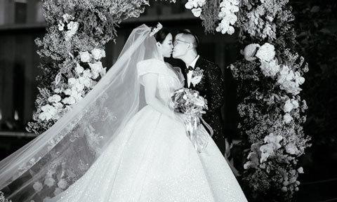 Cô dâu doanh nhân mặc váy cưới phát sáng trong hôn lễ đồng tính