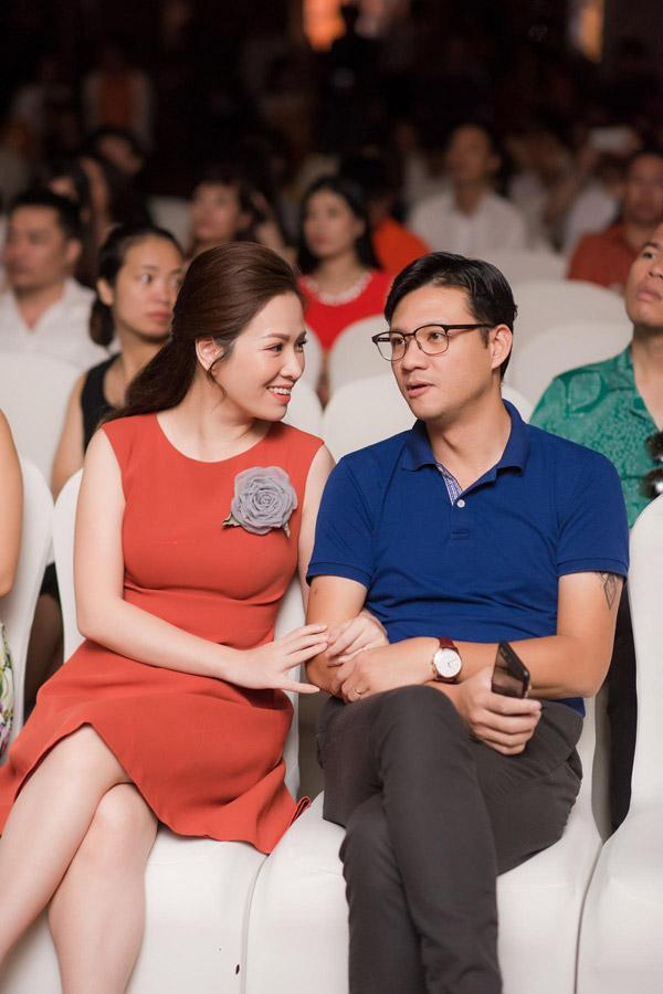 Vo chong Luu Huong Giang hiem hoi dua con gai di su kien