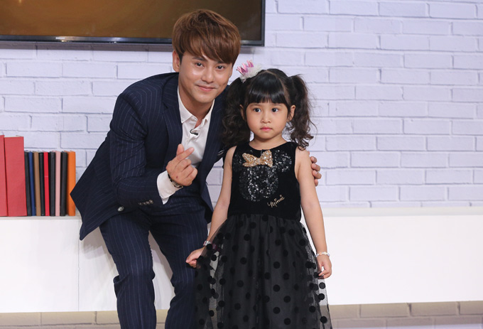 Ưng Đại Vệ đưa con gái tới trường quay chương trình Là vợ phải thế. Công chúa nhỏ của anh tên ở nhà là Muối, lên 5 tuổi, rất xinh xắn, đáng yêu.
