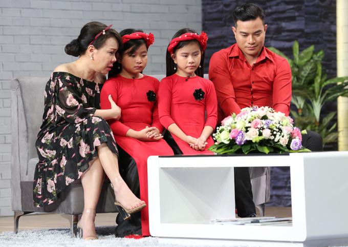 Ngoài Ưng Đại Vệ, tập 11 với chủ đề Gà trống nuôi con còn có sự tham gia của người đàn ông 35 tuổi và hai cô con gái. Ông bố đơn thân khiến Việt Hương rơi lệ khi kể về hoàn cảnh khó khăn, từng phải bán máu lấy tiền nuôi con nhỏ.