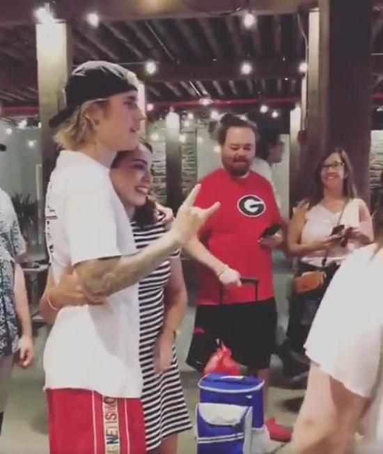 Những năm trước, giọng ca What Do You Mean? rất dị ứng với việc mọi người xin chụp ảnh cùng và thường phớt lờ lời đề nghị đó. Thời yêu Selena Gomez, Justin cũng tỏ ra khó chịu mỗi khi cô thoải mái chụp hình với fan. Tuy nhiên hơn một năm trở lại đây, Justin đã thực sự mở lòng với người hâm mộ.