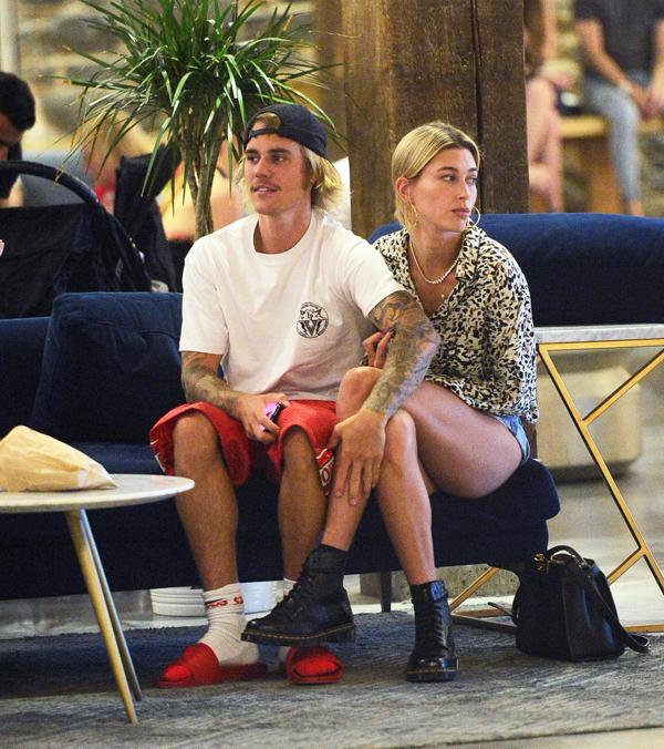 Justin công khai mối quan hệ với người mẫu Hailey Baldwin vào cuối tuần qua. Cặp sao hôn nhau trên cây cầu ở Brooklyn trước bao người qua lại.