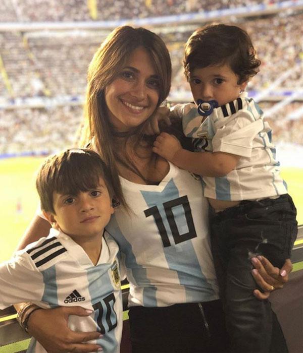 Antonella Roccuzzo và hai con trai. Ảnh: NS.