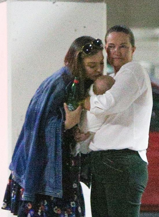 Miranda âu yếm hôn con trai nhỏ trước khi lên xe. Mẹ đẻ của cô từ Australia sang trợ giúp siêu mẫu chăm con nhỏ.