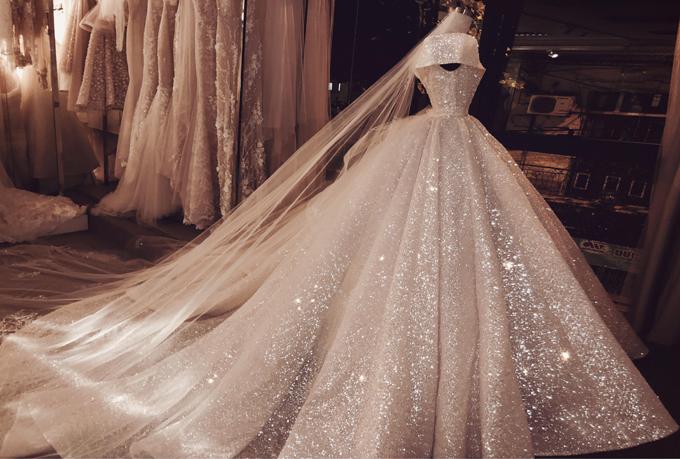 Bà tiên váy cưới Phương Linh, người thiết kế chiếc váy,cho biết chị đã sử dụng 100% nguyên liệu cao cấp nhập từ Pháp để thực hiện mẫuváy cưới này. Lớp vải dệt Sparkling không chỉ tạo hiệu ứng phát sáng mà còn lấp lánh huyền ảo.