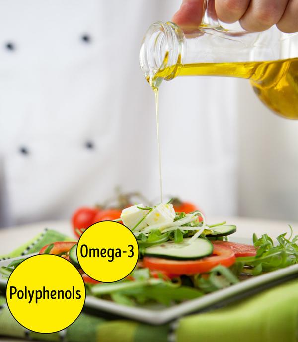 Dầu ô liu là một trong những loại dầu tốt nhất cho sức khỏe và nhan sắc. Nó chứa axit béo omega-3 và polyphenol. Như đã đề cập trước đó, omega-3 giữ cho làn da của bạn dẻo dai và giữ ẩm, trong khi polyphenol bảo vệ nó khỏi bị hư hại do oxy hóa và chống viêm.