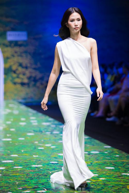 Váy lệch vai theo phong cách nữ thần Hy Lạp giúp nàng trông thật khác biệt.