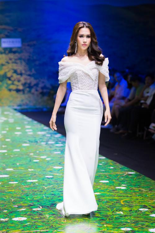 Váy trễ vai với các chi tiết thêu ren nổi giúp cô dâu thêm nữ tính và rạng rỡ.