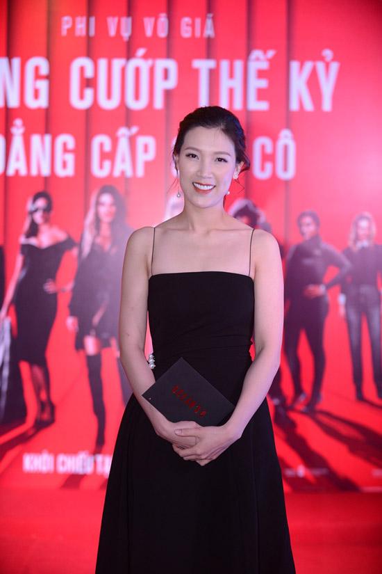 Hoa hậu Áo dài 2018 Phí Thùy Linh trẻ trung dù đã là bà mẹ hai con.
