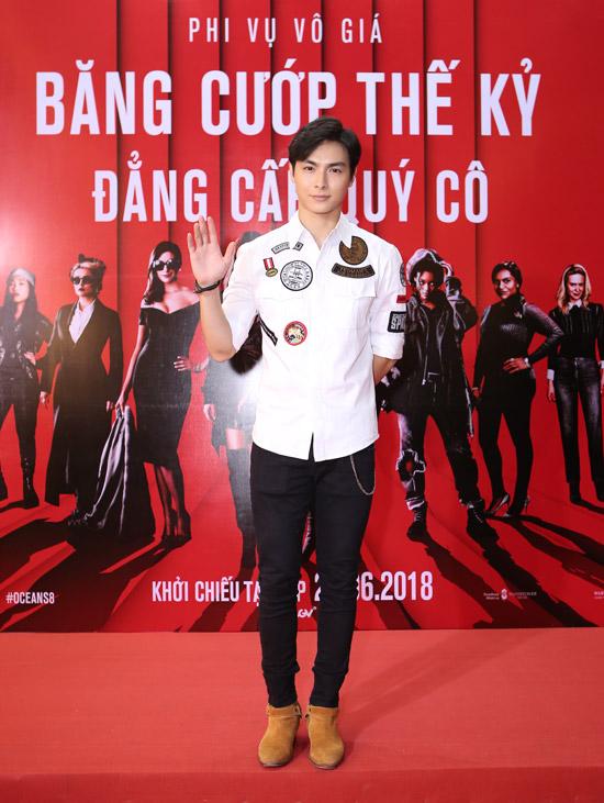 Minh Tu do vong mot ben hoc tro Khanh Linh