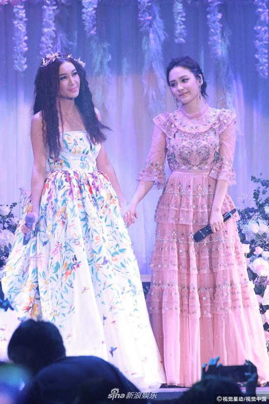 Ôn Bích Hà mời Chung Hân Đồng tới biểu diễn trong đêm nhạc của mình. Cô xúc động kể, dù bận rộn chuẩn bị cho hôn lễ, ca sĩ nhóm Twins vẫn đồng ý đến với cô, khiến cô vô cùng cảm kích.