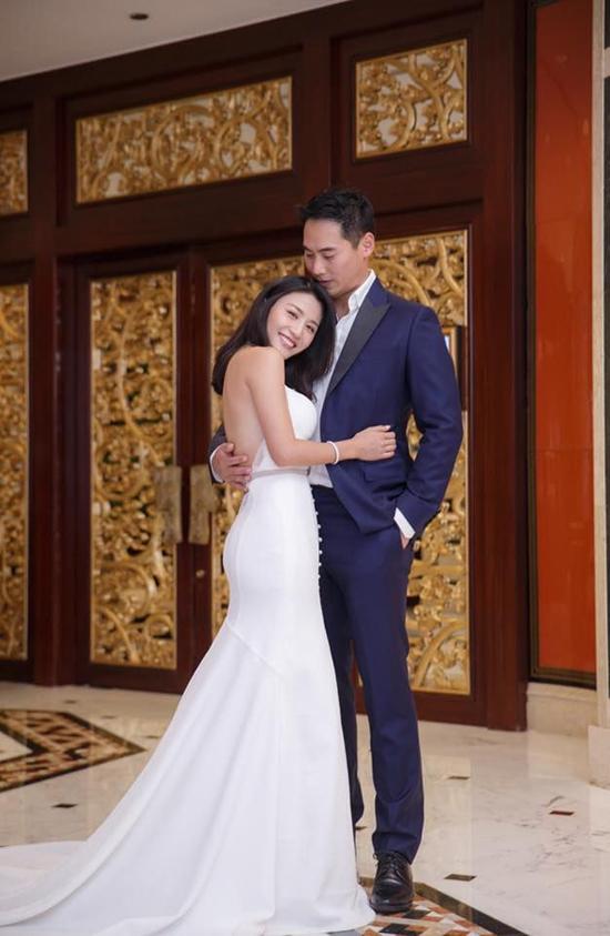Trong vòng tay chồng, Lâm Thiên Dư nói cô xúc động và hạnh phúc: Đây thực sự là đám cưới hoàn hảo nhất mà tôi từng mơ đến. Điều quan trọng nhất chính là gia đình hai bên đều vui, không khí buổi tiệc cưới tràn ngập tiếng cười. Điều đáng tiếc duy nhất là không có nhiều bạn bè tham dự, mong mọi người có thể thông cảm cho tôi.