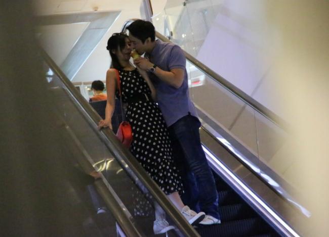 A hau Hong Kong tim thay tinh yeu sau 2 nam bi phu bac