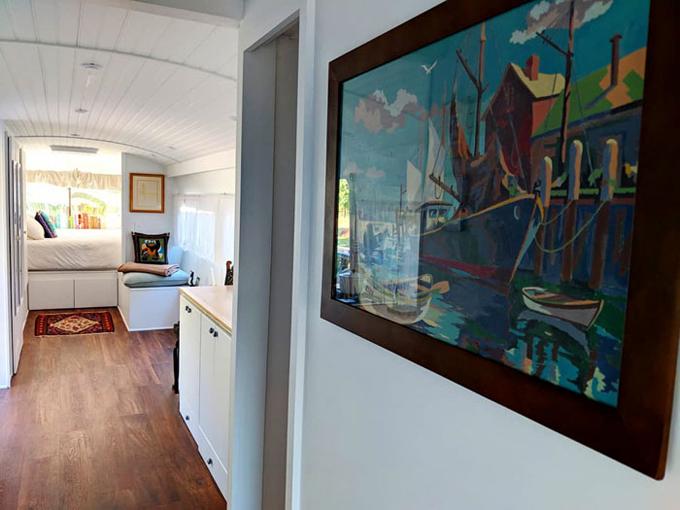Nữ chủ nhân còn dụng công trang trí không gian sống bằng những bức tranh sơn dầu, đồ decor... Đó là những thứ giúp nơi cô ở giống như một ngôi nhà hơn là một chiếc xe buýt.