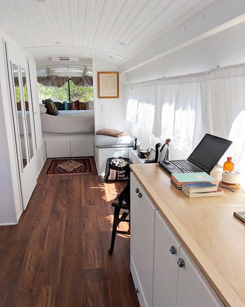 Đồ nội thất được thiết kế thông minh với đa công năng. Chẳng hạn, chiếc tủ dài đựng đồ có thể được dùng làm bàn làm việc.