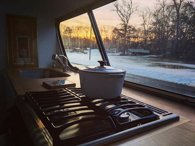 Vừa nấu nướng, Jessie vừa có thể ngắm khung cảnh bên ngoài.