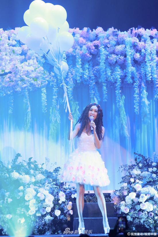 Bông hồng lửa Ôn Bích Hà cảm kích khi chồng lên sân khấu tặng hoa - 5