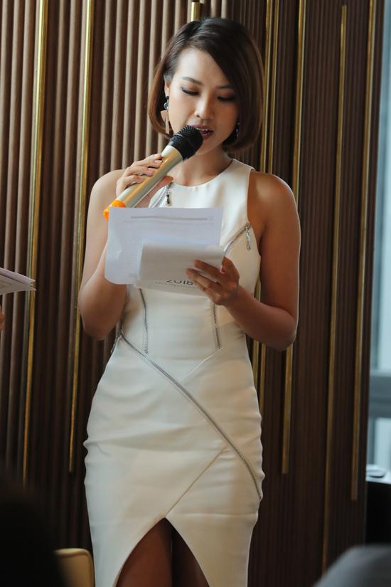 Hoàng Oanh chọn váy cut out ấn tượng khi đảm nhận vai trò MC cho chương trình.