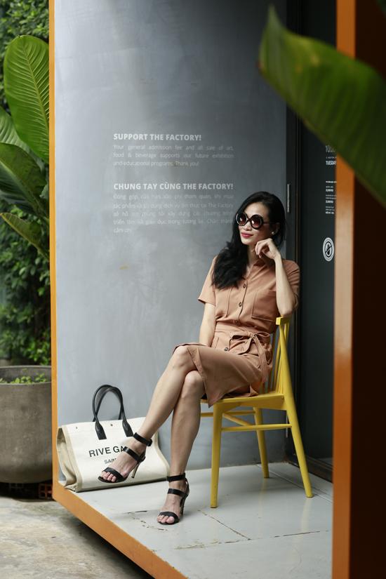 Váy mùa hè sử dụng đến văn phòng được thể hiện trên những tông màu nhẹ nhàng như màu be, trắng, hồng nude, trắng kem trên nền vảiđũi trơn.
