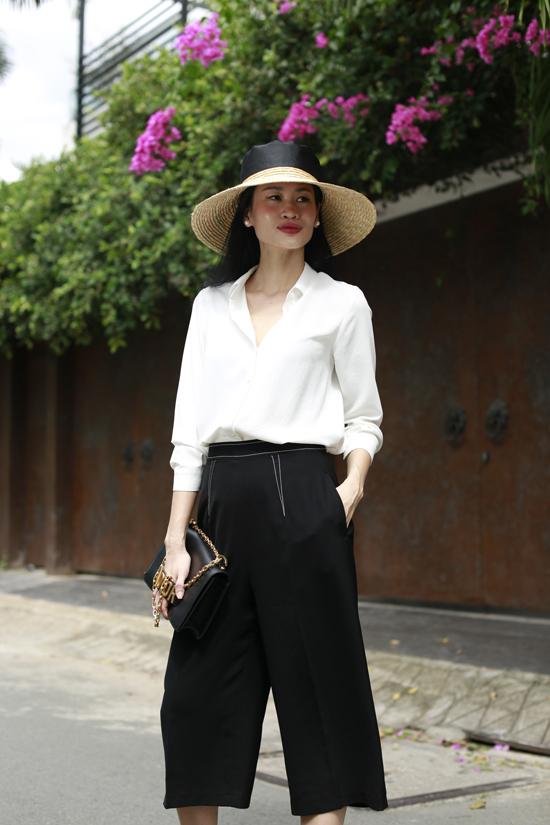 Cùng với màu pastel, nude, nâu nhạt, tông trắng đen vẫn được yêu thích bởi dễ dàng sử dụng ở nhiều bối cảnh.