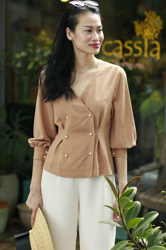 Nhà mốt Việt hâm nóng mốtáo kí giả hai hàng khuy. Mẫu áo cổ điển đượckết hợp với quần cropped ôm tạonên sự năng động và cá tính.