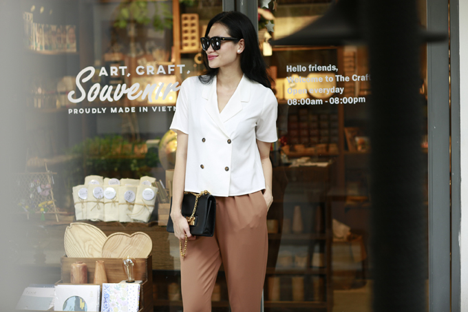 Áo cổ đăng tông, cổ vest hợp xu hướng 2018 cũng được giới thiệu trong bộ sưu tập.