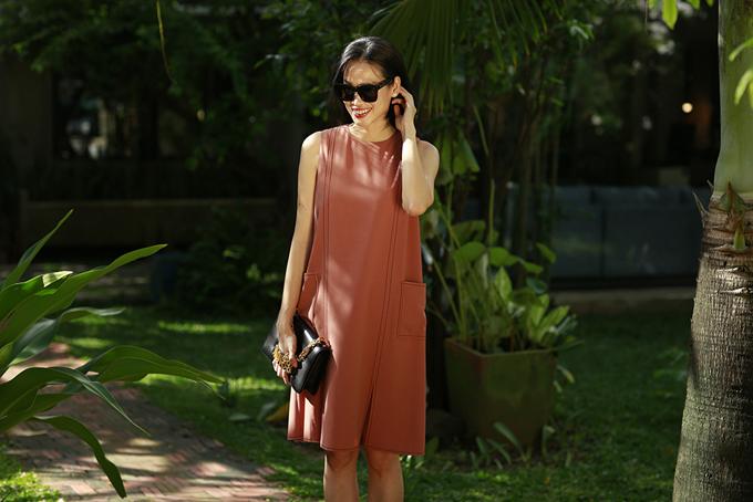 Váy suông sát nách không kén dáng được làm mới bởi cách bố đường chạy chỉ và túi nổi hai phần hông.