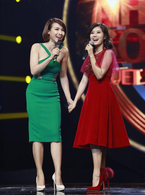 Hoàng Oanh và Hoàng Yến Chibi thân thiết từ khi đóng chung phim Tháng năm rực rỡ. Á hậu Phụ nữ Việt Nam qua ảnh 2012 và nữ ca sĩ cùng được mời tham gia một chương trình truyền hình. Hoàng Oanh là thành viên ban bình luận còn Hoàng Yến là ca sĩ đồng hành cùng một thí sinh tại sân chơi này.