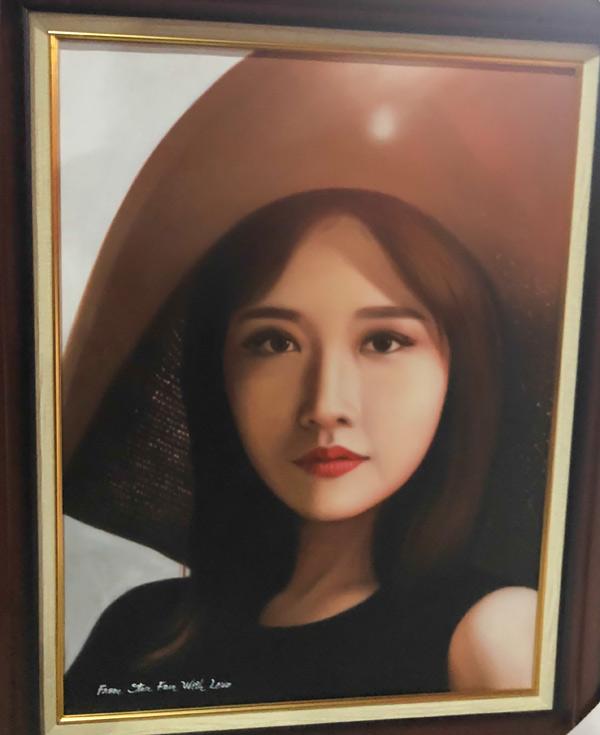 Hari Won khong nhan ra minh trong buc tranh fan tang