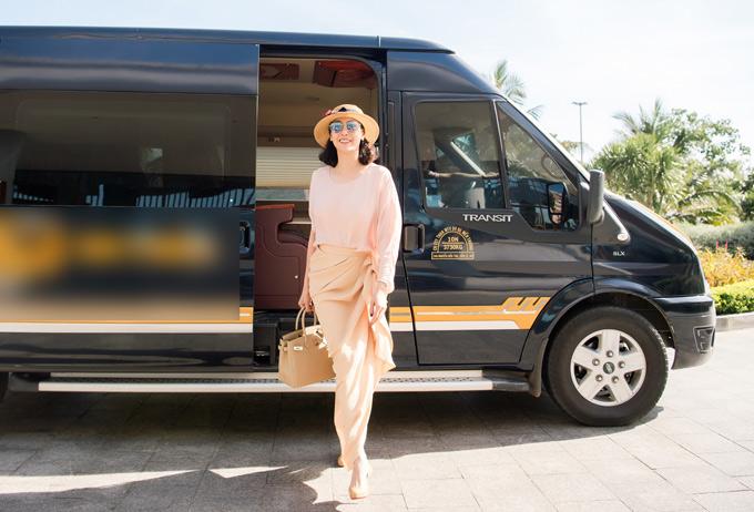 Người đẹp xách túi hiệu, mặc trang phục trong sưu tập Xuân Hè mới ra mắt của Đỗ Mạnh Cường, khoe phong cách cổ điển, thanh lịch.