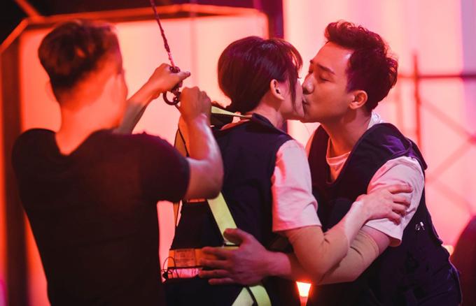 Tran Thanh - Hari Won khoa moi tren truong quay