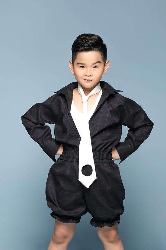 Không chỉ gây ấn tượng bằng những sải bước chuyên nghiệp, Phong Vinh còn ghi điểm khi tham gia chụp ảnh thời trang.