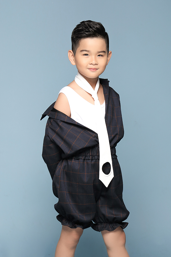 Nhờ gương mặt xinh xắn cùng phong cách thời trang đáng yêu, Phong Vinh được thầy cô và các bạn bè trong câu lạc bộ người mẫu gọi là hot boy.