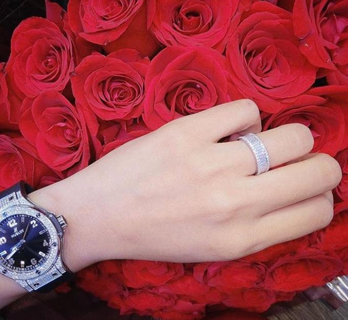 Người đẹp còn sở hữu nhẫn kim cương và đồng hồ Hublot.