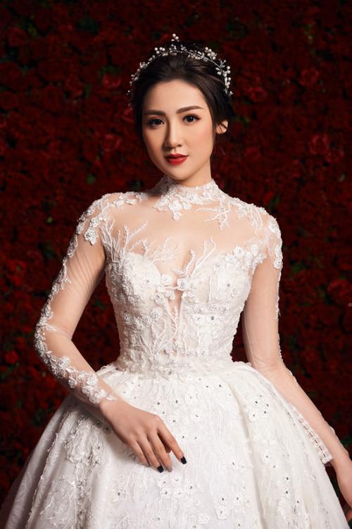 Phần cổ váy được chế tác từ vàng trắng. Đặc biệt, thiết kế được tách rời bởi 9 phần riêng biệt, giúp chiếc váy mặc được nhiều kiểu khác nhau, từ dáng đuôi cá thành váy chữ A mềm mại và cuối cùng là mẫu váy hoàng gia đuôi lộng lẫy.
