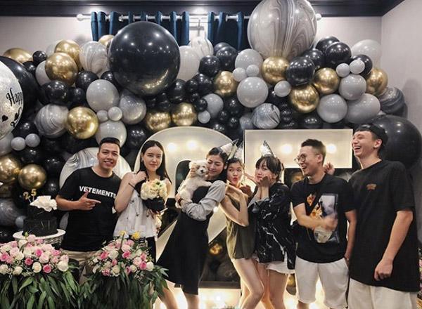 Chong sap cuoi om chat Tu Anh trong tiec sinh nhat